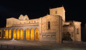 Ávila - la basílica de San Vicente del romanesque en la noche imágenes de archivo libres de regalías