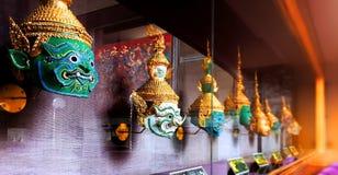 """ do """"Khon†as máscaras tradicionais de Thais em um armário de exposição de vidro fotografia de stock royalty free"""