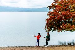 ¹ æ ½ ² ¸æ ³ æ – турист озера Lugu стоковые изображения