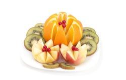 Ââapples, laranja e quivi cortados em uma placa branca. Imagens de Stock Royalty Free