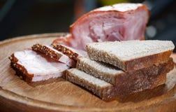 Ââbread et viande découpés en tranches sur le panneau Photos stock