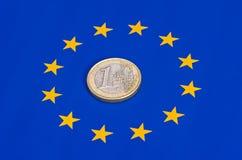 ââEuro Münze auf der EU-Flagge Lizenzfreie Stockfotos