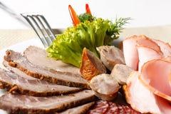Ââon découpé en tranches par viande une plaque Photo libre de droits