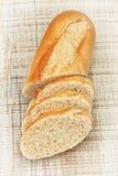 Ââpieces découpés en tranches de pain frais sur la texture de panneau. photo libre de droits