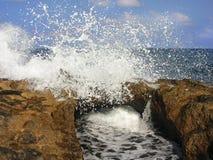Ââwaves de mer et les roches Images libres de droits