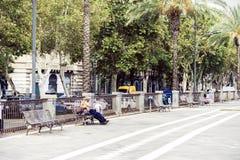 """€ de Catania, Sicília, Itália """"16 de agosto de 2018: o homem desabrigado dorme em um banco no parque imagens de stock"""