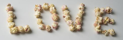 """""""любовь """"написанная с белым розовым попкорном стоковая фотография rf"""