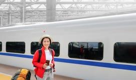 Solo die, midden oude Aziatische vrouwelijke toeristenreis met trein reizen royalty-vrije stock afbeelding