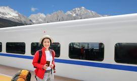 Solo die, midden oude vrouwelijke toeristenreis met hogesnelheidstrein reizen stock foto