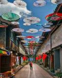 Solo vrouwelijke reis in China, bij de oude stad van Shuhe, Lijiang, Yunnan, China royalty-vrije stock foto