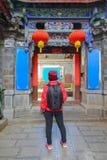 Solo vrouwelijke reis in China, bij de oude stad van Shuhe, Lijiang, Yunnan, China stock foto
