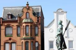 """""""Tine"""" Brunnen und alte Häuser in Husum stockbild"""