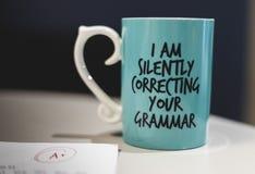 '默默地改正您的语法的我'咖啡杯 免版税库存图片