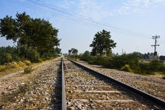 €˜railroad' lungo e vecchio della pista del treno - cielo blu Fotografie Stock Libere da Diritti