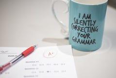 'Yo que corrige silenciosamente taza de café de su gramática ' imagenes de archivo