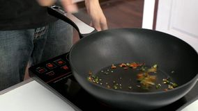uppståndelse stekte att hugga av chili i köket stock video