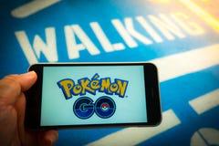 € «12,2016 -го БАНГКОКА, ТАИЛАНДА август: Pokemon идет передвижная игра app Стоковое Изображение RF