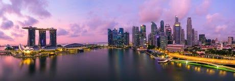 € «июль 2016 Сингапура, Сингапура: Вид с воздуха горизонта города Сингапура в восходе солнца или захода солнца на заливе Марины, стоковые фото