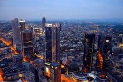 € «12-ое апреля ФРАНКФУРТА: Городской пейзаж Франкфурта с загоренными офисными зданиями Стоковое Изображение RF
