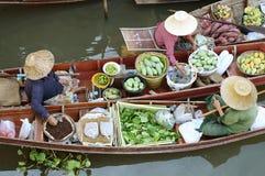 € «29-ое апреля AMPHAWA: Деревянные шлюпки нагружены с плодоовощами от садов на рынке kha Tha плавая Стоковое Изображение RF