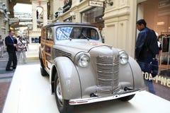 € «12-ое сентября Москвы, РОССИИ: Выставка редких винтажных автомобилей в КАМЕДИ 4-ого сентября 2014 Стоковое Изображение