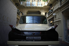 € «12-ое сентября Москвы, РОССИИ: Выставка редких винтажных автомобилей в КАМЕДИ 4-ого сентября 2014 Стоковые Изображения RF