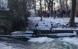 € «28-ое января МЮНХЕНА: Верхняя часть катания серфера волны на реке Изаре Стоковая Фотография