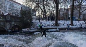 € «28-ое января МЮНХЕНА: Верхняя часть катания серфера волны на реке Изаре Стоковое Изображение RF