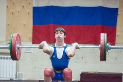 € «16 Оренбурга, России 01 2016: Тяжелая атлетика состязается против мальчиков Стоковое Изображение RF