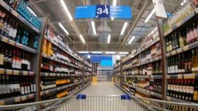 """€ """"LENTA de St Petersburg, Rússia, em janeiro de 2017: prateleiras em um supermercado com um branco e um vinho tinto filme"""