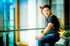 """€ """"August 14,2016 BANGKOKS, THAILAND: Trainerjunge, der pokem spielt Lizenzfreies Stockfoto"""