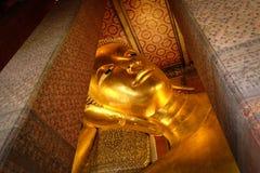 †‹曼谷,泰国1月16,2016 :在Wat Pho寺庙的斜倚的菩萨雕象 库存照片