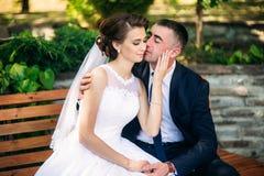 Beautiful paar die in het park in hun huwelijksdag lopen Stock Foto