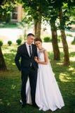 Beautiful par som går i parkera i deras bröllopdag Arkivbilder