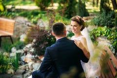 Beautiful par som går i parkera i deras bröllopdag Royaltyfria Bilder