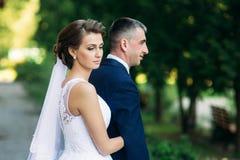 Beautiful par som går i parkera i deras bröllopdag Royaltyfri Foto