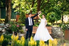 Beautiful par som går i parkera i deras bröllopdag Arkivfoton