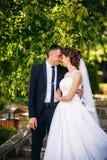 Beautiful par som går i parkera i deras bröllopdag Royaltyfria Foton