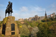 """€ de EDIMBURGO, ESCÓCIA """"8 de maio de 2016: O monumento escocês real dos cinzas nos príncipes Rua Jardim com cores da mola Imagens de Stock Royalty Free"""