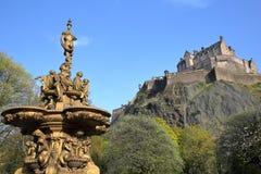 """€ de EDIMBURGO, ESCÓCIA """"8 de maio de 2016: O monumento escocês real dos cinzas nos príncipes Rua Jardim com cores da mola Fotografia de Stock"""