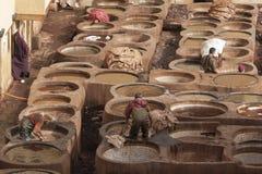 """€ de FES, MARRUECOS """"20 de febrero de 2017: Hombres que trabajan en la curtiduría famosa de Chouara en el Medina de Fes, Marruec Fotografía de archivo libre de regalías"""