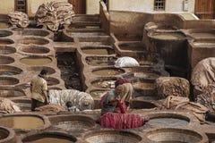 """€ de FES, MARRUECOS """"20 de febrero de 2017: Hombres que trabajan en la curtiduría famosa de Chouara en el Medina de Fes, Marruec Imagen de archivo libre de regalías"""