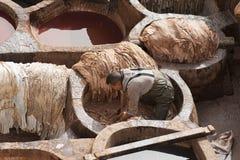"""€ de FES, MARRUECOS """"20 de febrero de 2017: Sirva el trabajo en la curtiduría famosa de Chouara en el Medina de Fes, Marruecos Fotografía de archivo"""