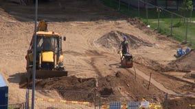 """€ de LITUANIA, VILNA """"28 de mayo: lugar de la obra vial de la calle con el cavador y el trabajador del excavador, el 28 de mayo  almacen de metraje de vídeo"""