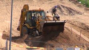 """€ de LITUANIA, VILNA """"29 de mayo: lugar de la obra vial de la calle con el cavador y el trabajador del excavador, el 29 de mayo  metrajes"""