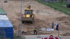 """€ de LITUANIA, VILNA """"29 de mayo: lugar de la obra vial de la calle con el cavador y los trabajadores del excavador, el 29 de ma almacen de video"""