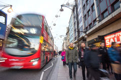 "€ de LONDRES, INGLATERRA ""30 de dezembro de 2014: Rua de Oxford no mar da venda Imagens de Stock Royalty Free"