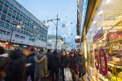 "€ de LONDRES, INGLATERRA ""30 de dezembro de 2014: Rua de Oxford no mar da venda Fotografia de Stock"