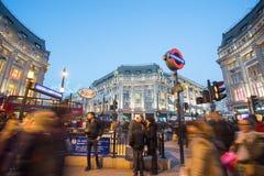 "€ de LONDRES, INGLATERRA ""30 de dezembro de 2014: Rua de Oxford no mar da venda Foto de Stock"