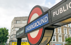 € de LONDRES «le 2 juillet 2015 : Fermez-vous d'un signe traditionnel de station Photos stock
